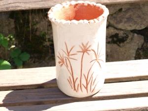 Küchen Behälter   aus Keramik in weiß/rot, es kann als Weinkühler dienen
