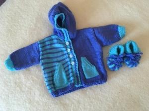 Baby Jacke Gr. 62/68  mit Kapuze handgestrickt, dazu passende Schühchen in hellblau und türkis
