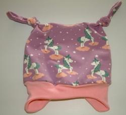 Baby-jerseymütze mit Einhornmotivstoff genäht und Innen abgefüttert