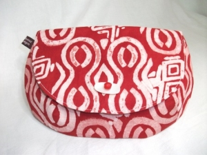 Tolle Clutch aus Batikstoff in leuchtendem Rot und Weiß, handgenäht - Handarbeit kaufen