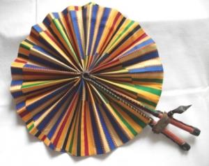 Handgefertigter afrikanischer Fächer - in Leder gebunden