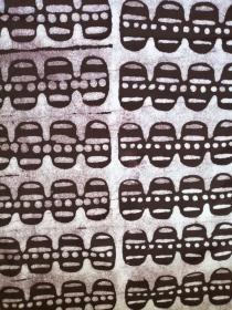 Afrikanischer Batikstoff aus Ghana in Dunkelbraun und Weiss - Handarbeit kaufen