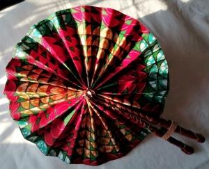Handgefertigter afrikanischer Fächer - in Leder gebunden      - Handarbeit kaufen