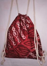 Turnbeutel aus handgebatiktem Baumwollstoff in tollen afrikanischen Farben, Rot und Weiss