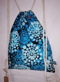 Turnbeutel aus handgebatiktem Baumwollstoff in tollen afrikanischen Farben: Blautöne, Weiss und Schwarz
