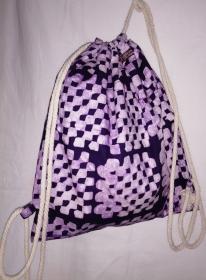 Turnbeutel aus handgebatiktem Baumwollstoff in tollen afrikanischen Farben: Violett und Weiss - Handarbeit kaufen