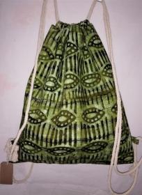 Turnbeutel aus handgebatiktem Baumwollstoff in tollen afrikanischen Farben: Grüntöne, Weiss und Schwarz