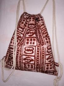 Turnbeutel aus handgebatiktem Baumwollstoff in tollen afrikanischen Farben: Kupfer und Weiss