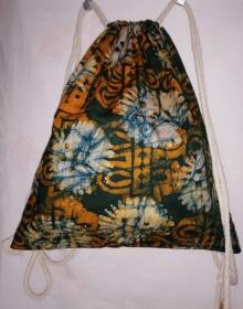 Turnbeutel aus handgebatiktem Baumwollstoff in tollen afrikanischen Farben: Dunkelgrün und Orange