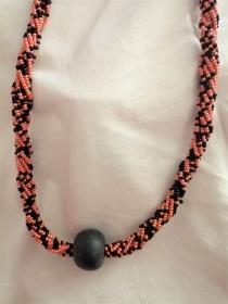 Wunderschöne lange Kette in Schwarz und Orange, handgefertigt aus Ghana - Handarbeit kaufen
