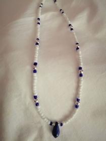 Hübsche zarte Halskette in Blau, Weiß und silber - Handarbeit kaufen