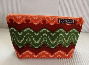 Kleine genähte Tasche aus afrikanischem Batikstoff in Orangetönen, Grün und Weiß