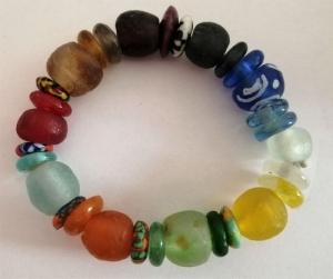 Tolles Armband aus handgefertigten afrikanischen Glasperlen in aufregenden Farben
