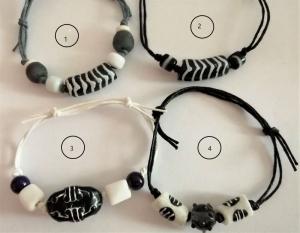 Tolle Armbänder aus handgefertigten afrikanischen Glasperlen in Schwarz und Weiss