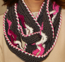 Gehäkelter Loop Schal mit Herzen kaufen