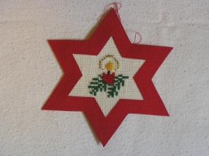 handgefertigter, roter Weihnachtsstern mit gestickter Kerze