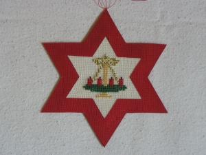 handgefertigter, roter Weihnachtsstern mit gesticktem Adventskranz