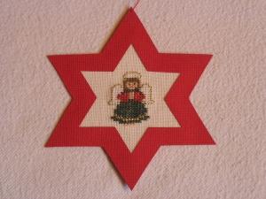 handgefertigter, roter Weihnachtsstern mit gesticktem Engelchen