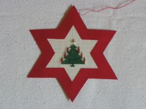 handgefertigter, roter Weihnachtsstern mit gesticktem Weihnachtsbaum