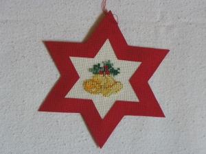 handgefertigter, roter Weihnachtsstern mit gestickten Glocken