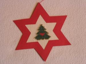 handgefertigter, roter Weihnachtsstern mit gesticktem, stilisierten Weihnachtsbaum