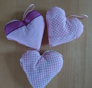 3 tlg Aufhänger-Set Herz genäht aus Baumwollstoffen, rosa kariert, dezent mit Lavendel gefüllt - Valentinstag kaufen