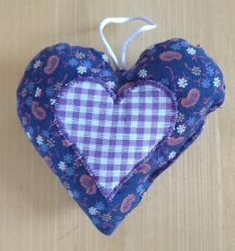 Aufhänger Herz genäht aus Baumwollstoffen, lila, dezent mit Lavendel gefüllt - Valentinstag kaufen