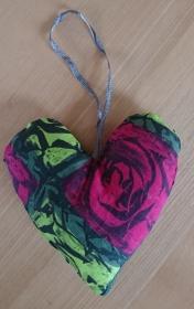 Aufhänger Herz genäht aus Baumwollstoffen, grün pink, dezent mit Lavendel gefüllt - Valentinstag kaufen