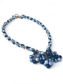 Blaue Kette mit Glasperlen. Handgefertigte Halskette mit blaue Glasperlen, blaue Kunstlederen Schnüre, silberfarbige Jasseronkette, Per Elle - Handarbeit kaufen