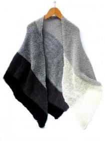 Gestrickte Schal schwarz, grau, wollweiß. Federleichter Dreieckstuch, Schulterwärmer gestrickt, trendy Stola, Umschlagtuch  - Handarbeit kaufen