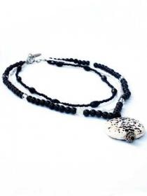 Kette schwarze, weisse und transparante Glasperlen und Rocailles, handgefertigte Halskette mit Schwarz-Weisse Keramik Anhänger - Handarbeit kaufen