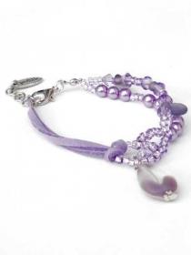 Lila Armband mit Glasperlen und Kunstleder Schnur. Handgefertigte Armreif, flieder Glasperlen und Bettel  - Handarbeit kaufen