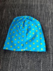 dünne Mütze in blau mit grünen Punkten für kühle Sommerabende