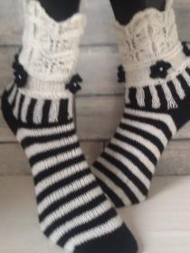 handgestrickte Socke , Romanze,Schwarz/Weiß, Gr.40/41 Lochmuster, Häkelblümchen mit Perle - Handarbeit kaufen