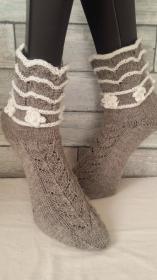 handgestrickte Socke,Vintage, Holz/Weiß, Gr.40/41 Lochmustemixr, Häkelblümchen mit Perle - Handarbeit kaufen