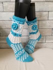 handgestrickte Socke Verona , Gr.38/39, Farb und Mustermix, Türkis/ Weiß, Häkelblüte, Satinband  - Handarbeit kaufen