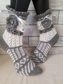 handgestrickte Socke Verona , Gr.36/37, Farb und Mustermix, Grau/ Weiß, Häkelblüte, Satinband