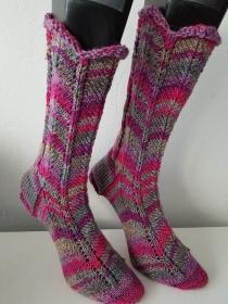 handgestrickte Socke , Gr.42/43 , Schaf auf Weide