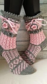 handgestrickte Socke Verona , Gr.40/41  Farb und Mustermix, Grau/ hellrosa, Häkelblüte, Satinband