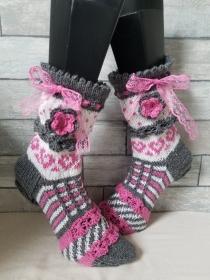 handgestrickte Socke Bernadette, Gr.36/37 Farb und Mustermix, grau/ Weiß/ Rosa, Häkelblüte, Spitzenband