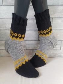 handgestrickte Socke  , Gr.42/43 ,Schwarz/ Senf/ Grau - Handarbeit kaufen