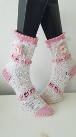 gestrickte Socke Dotty, Gr.38/39  Weiß/ Rosa, Häkelblüte mit Perle, Spitzenband  - Handarbeit kaufen