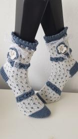 gestrickte Socke Dotty, Gr.38/39  Weiß/ Jeansblau, Häkelblüte mit Perle, Spitzenband  - Handarbeit kaufen