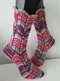 handgestrickte Socke ZickZack, Gr.38/39 Lila/ Rosa/ Weiß/Grau - Handarbeit kaufen
