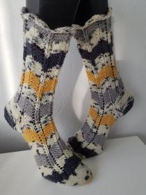 handgestrickte Socke ZickZack, Gr.40/41 Weiß /Gelb / Anthrazit - Handarbeit kaufen