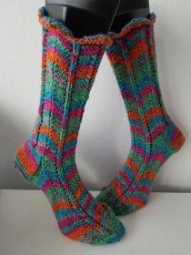 handgestrickte Socke , Gr.42/43 , ZickZack,Grün / Bunt - Handarbeit kaufen