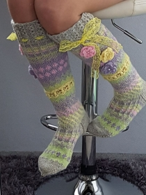 handgestrickte Kniestrümpfe, Gr.38/39 Pastellfarben  Fairislemuster. Häkelblumen, Spitzenband, Kniehoch  - Handarbeit kaufen