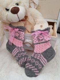 gestrickte Socken Valencia Kids Gr. 32/33 Grau/Hellrosa - Handarbeit kaufen