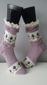 gestrickte Socke Melissa, Gr.42/43 Rosenholz, Falten, Rüschen  - Handarbeit kaufen