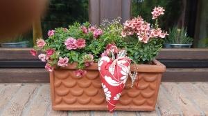 Liebevoll genähte Herzen aus beschichteter Baumwolle –auch für Gartendeko- in rot mit hellbeige